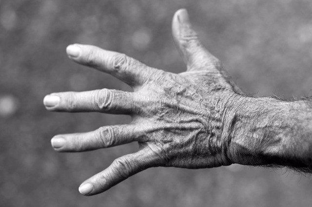 Mano, persona mayor,  Parkinson
