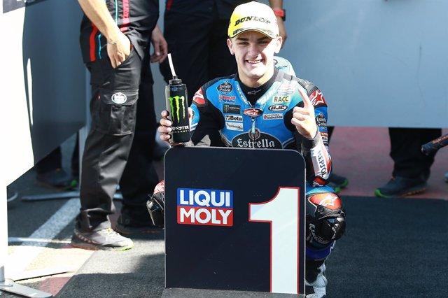 Arón Canet celebra su victoria en Silverstone