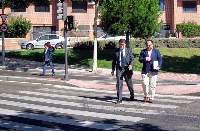 Fernández Mañueco, izquierda, junto al concejal salmantino del PP Dani Llanos