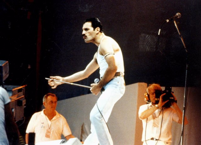 July 1985: Freddie Mercury of the British rock group 'Queen', performs at the Li