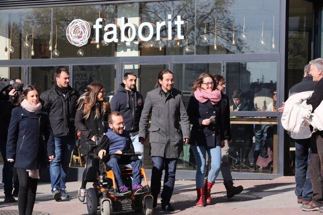 Pablo Echenique y Pablo Iglesias tras la reunión en la sede de Podemos