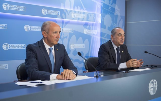 El portavoz del Gobierno Vasco, Josu Erkoreka, a la izquierda