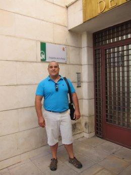 El acusado, a la puerta del juzgado antes de la vista