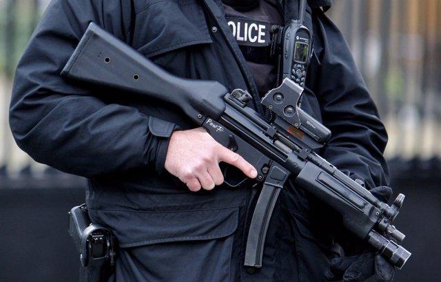 Agente de la Policía británica armado durante una guardia en Lomdres