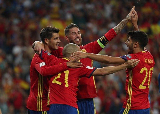 Morata, Silva, Ramos y Asensio celebran un gol de la selección española