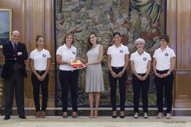 Las cinco mujeres siendo recibidas por la reina Letizia