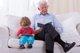 Familiares que ayudan a cuidar los hijos, qué debes tener en cuenta