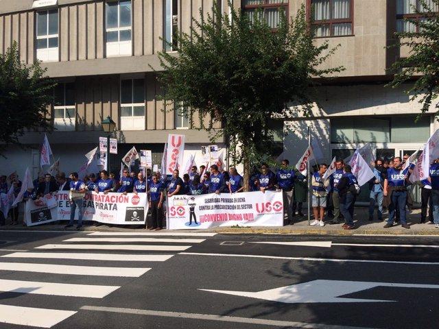 Protesta de trabajadores de la seguridad privada ante el Parlamento de Galicia