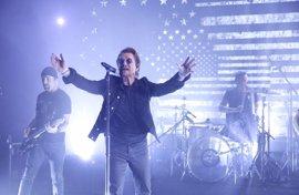 VÍDEO: U2 interpretan en vivo dos canciones (y arremeten contra Trump) en The Tonight Show starring Jimmy Fallon