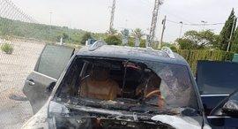 Bomberos extinguen un incendio en un coche en la CV-35 y evitan que explote el depósito