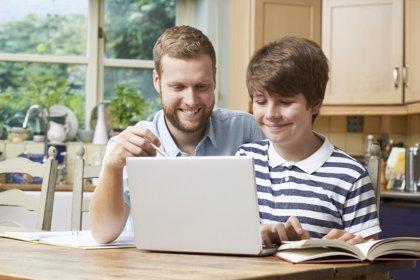 La actitud de los padres es lo más importante para favorecer un comportamiento crítico en internet