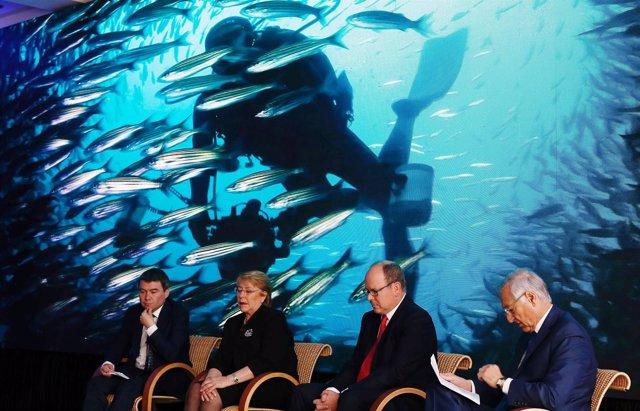 Michelle Bachelet con el ministro de Medio Ambiente chileno