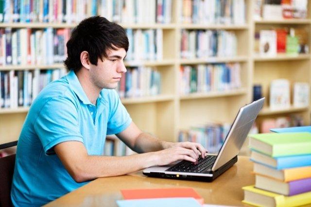 Estudiante, ordenador, libros, biblioteca, estudiando