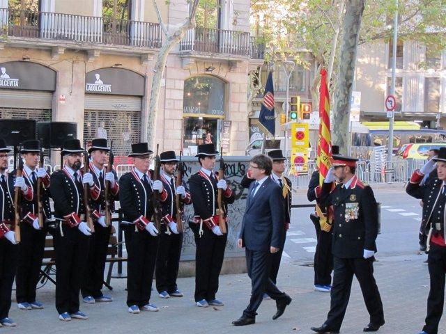 Puigdemont pasa revista a los Mossos en el monumento a Rafael Casanova