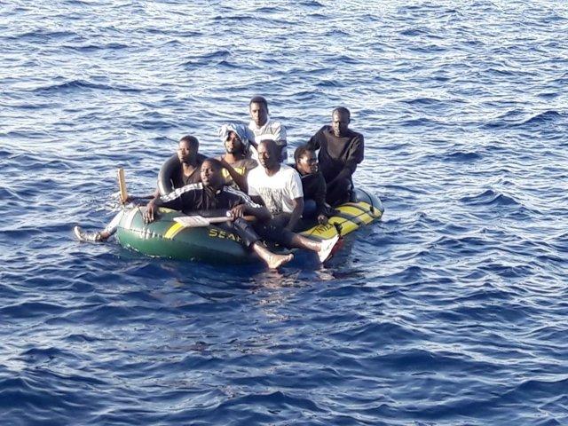 Imagen de archivo de inmigrantes rescatados en una embarcación en Tarifa (Cádiz)
