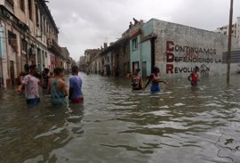 Los turistas festejan el fin del huracán 'Irma' por Cuba y algunos nadan en las calles inundadas tras su paso