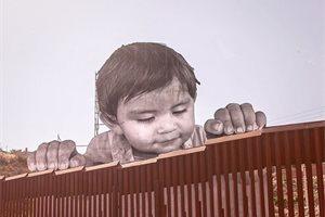 Un bebé gigante se asoma en la frontera entre México y Estados Unidos