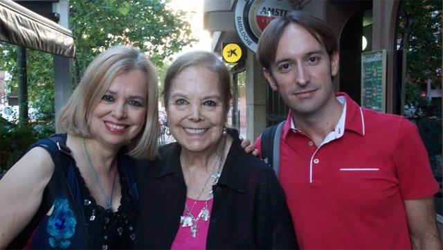 Elisa Montes junto a su hija Emma Ozores y el director del AWFF