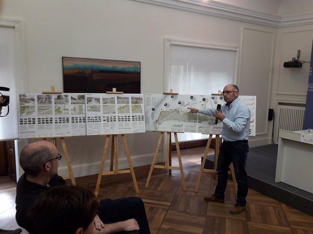 Joxe Abaurrea presenta el anteproyecto para el parque de Chantrea Sur.