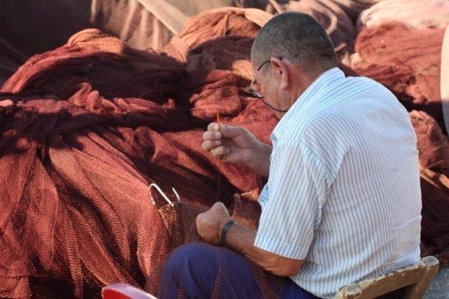 Un Pescador Trabaja Con Una Red De Pesca.