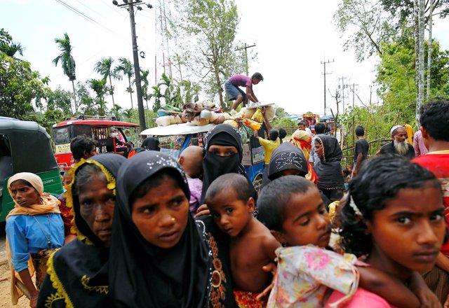 Refugiados rohingya llegan a Bangladesh desde Birmania