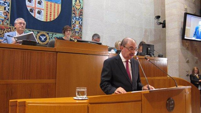Javier Lambán en la tribuna de oradores de las Cortes de Aragón