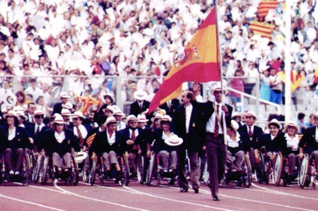 Desfilada dels atletes paralímpics espanyols en la inauguració de Barcelona'92