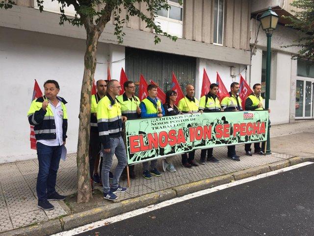 Concentración de trabajadores de Elnosa ante el Parlamento