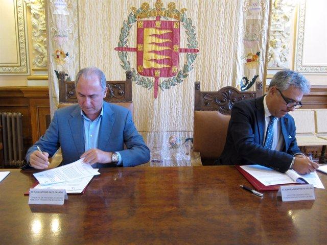 Gato (i) y Prieto (d) firman el convenio