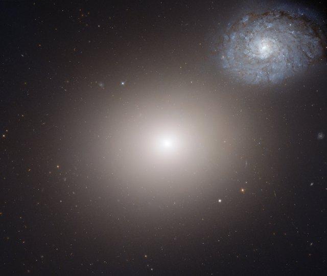 Galaxia elíptica gigante M60 y la galaxia espiral más pequeña NGC4647