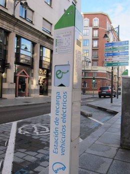 Poste de recarga de vehículos eléctricos en la calle Doctrinos de Valladolid