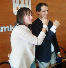 Sainz y Matute muestran las pulseras identificativas