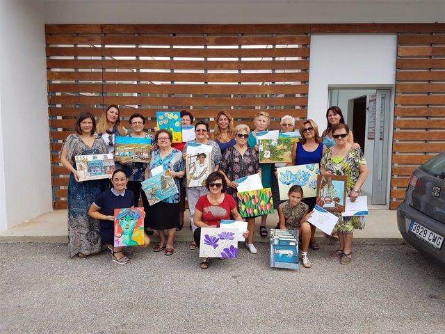 Una veintena de vecinas de Tahal han aprendido a pintar en este taller.