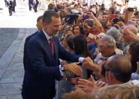 Los conquenses reciben con gran expectación y vítores a los Reyes de España