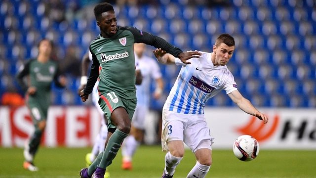 Iñaki Williams pelea con un rival del Genk