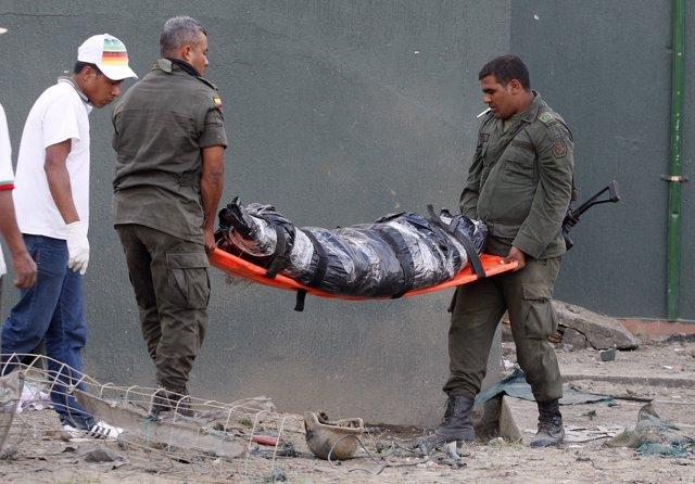 Policías Colombianos trasladando el cadaver de un compañero