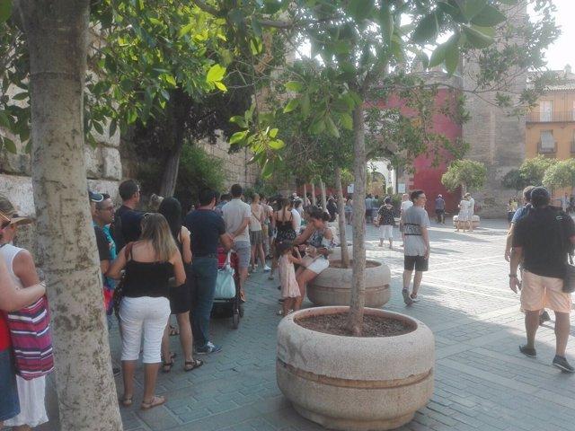 Cola de turistas frente a la Puerta del León.