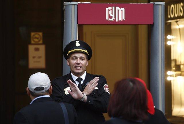 Un guardia bloquea la entrada al centro comercial GUM por aviso de bomba