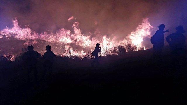 Bomberos del Infoca trabajando en el incendio de La Granada de Riotinto