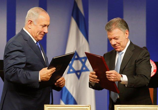 Israeli Prime Minister Benjamin Netanyahu (L) and Colombia's President Juan Manu