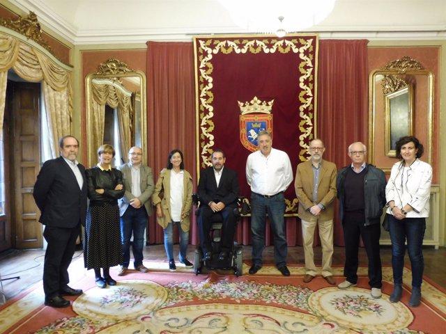 El alcalde con el nuevo patronato de la Fundación Caja Navarra.