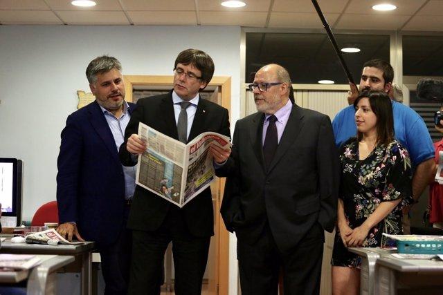 El pte.C.Puigdemont visita el semanario 'El Vallenc'
