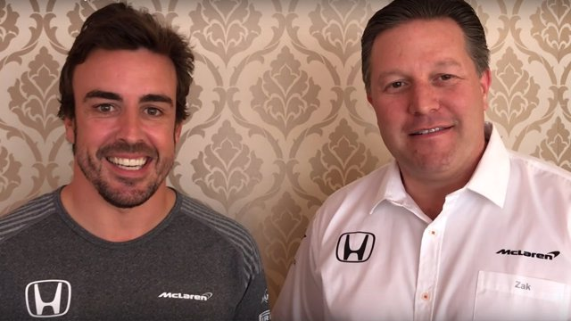 Fernando Alonso y Zak Brown (McLaren)