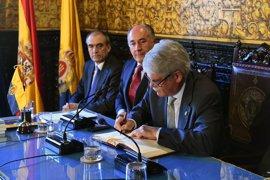 El alcalde de Algeciras (Cádiz) impone la Insignia de la Ciudad al ministro de Exteriores, Alfonso Dastis