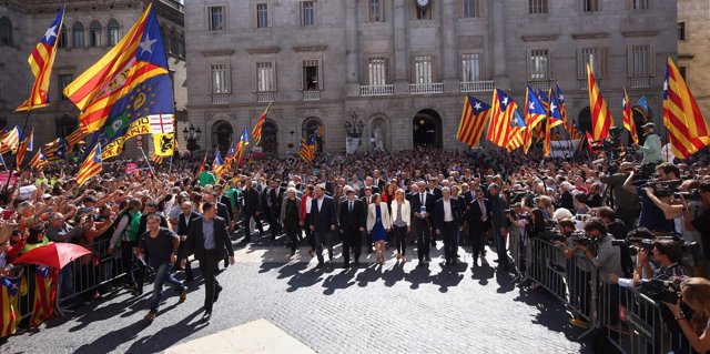Acto de apoyo a los alcaldes en la plaza de Sant Jaume