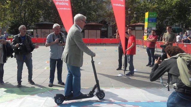 El alcalde ha probado uno de los patinetes eléctricos