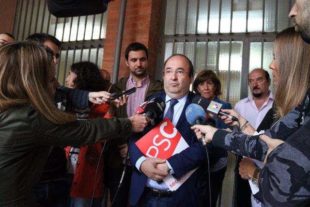 El primer secretario del PSC, Miquel Iceta, atendiendo a los medios en Sabadell