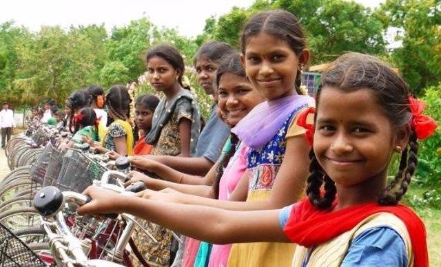 Niñas de India con bicicletas de donaciones de la FVF