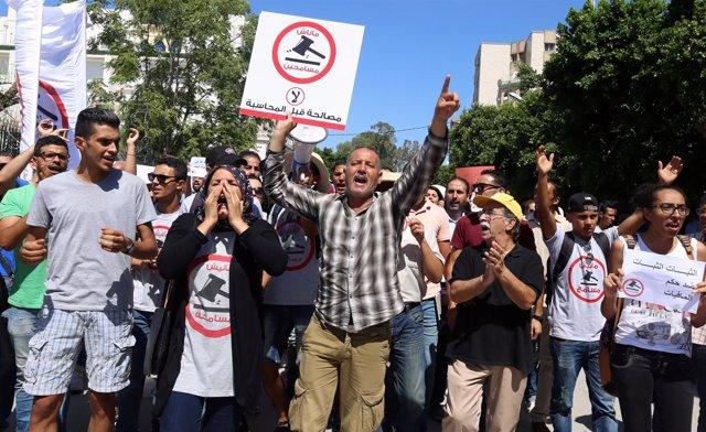 Tunecinos en una manifestación contra la ley de amnistía por delitos de corrupci