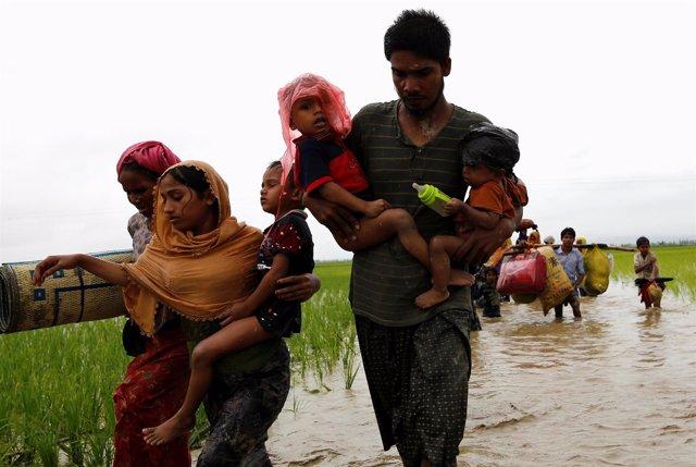 Familias rohingya llegan como refugiadas a Bangladesh